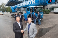 Bernhard Reinisch (on the left, General Manager RUTHMANN Austria) handed over the first T 900 HF to DI Horst Felbermayr (on the right)